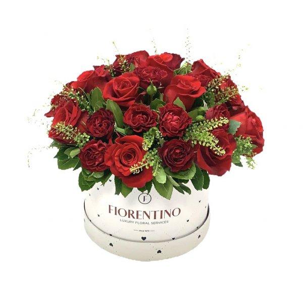κουτί με φρέσκα τριαντάφυλλα